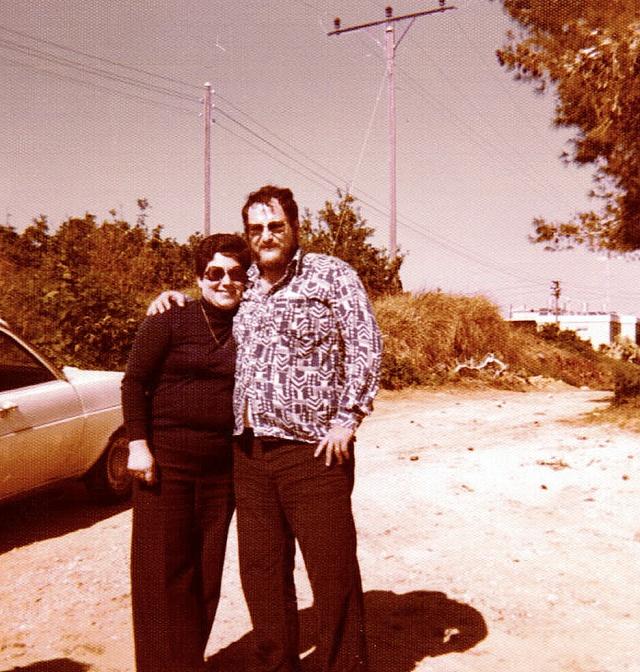 אבא ואמא שלי בשנת 1978 במקום שהיום נמצאת הכניסה לרחוב שלנו.