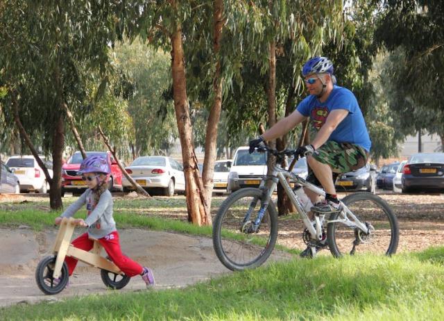 רוכבים ביחד בפארק האופניים