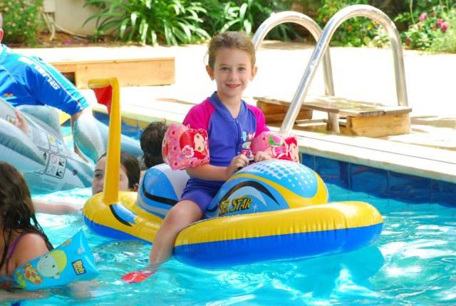 דר נהנית בבריכה במלון הצפון, השנה.