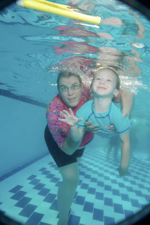 איריס ודר בחוג השחיה בימים טובים יותר