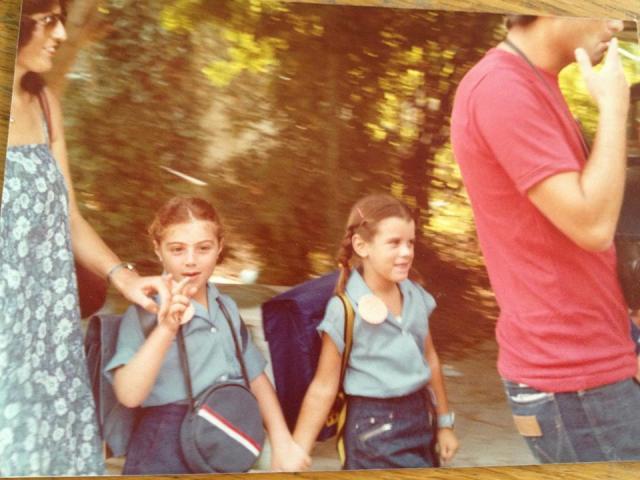 איריס בדרך לבית הספר. בימים אחרים