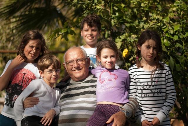 סבא זאב עם שלושה נכדים, ועוד שניים שאימצו אותו כסבא